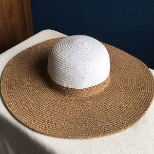 Like new Magid paper straw floppy sun / beach hat